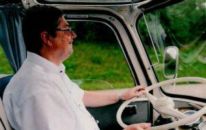 Der Musiker besitzt jede Menge Führerscheine, darunter den für Omnibusse. Erich Hacker karrte mit riesigen Doppeldecker in den Achtzigern Musikfreunde quer durch Deutschland zu Konzerten. Heute fährt er hin und wieder zu wohltätigen Zwecken im Oldtimerbus